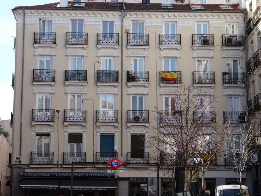 Madrid Museum Tours (English) Enjoying walks in Madrid while admiring its balconies.